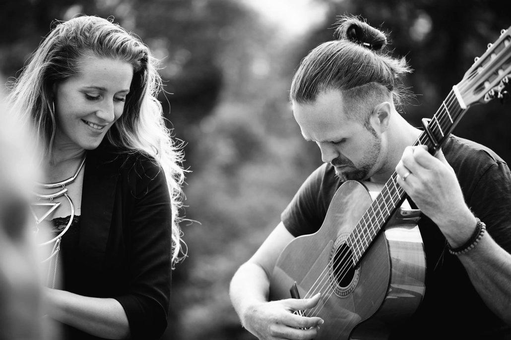 Sunniva (zangeres/verteller) en Chris (gitarist)