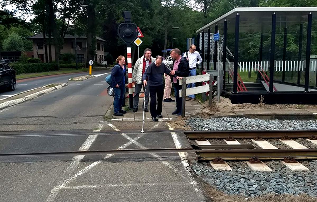 Overleg ter plekke over de onveilige spoorwegovergang